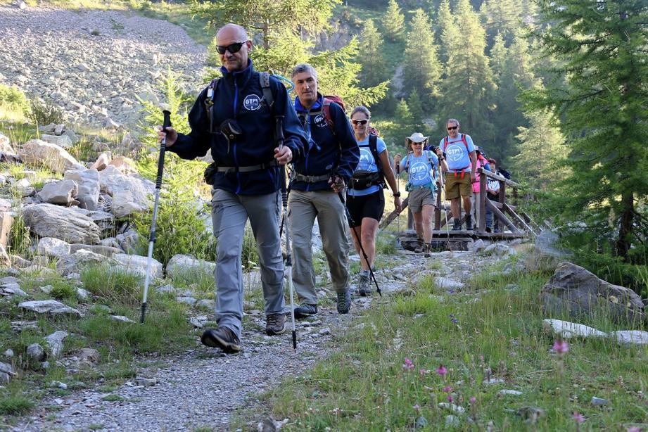 Une équipe de huit randonneurs est partie hier d'Estenc, pour un parcours de 212 kilomètres en seize jours.