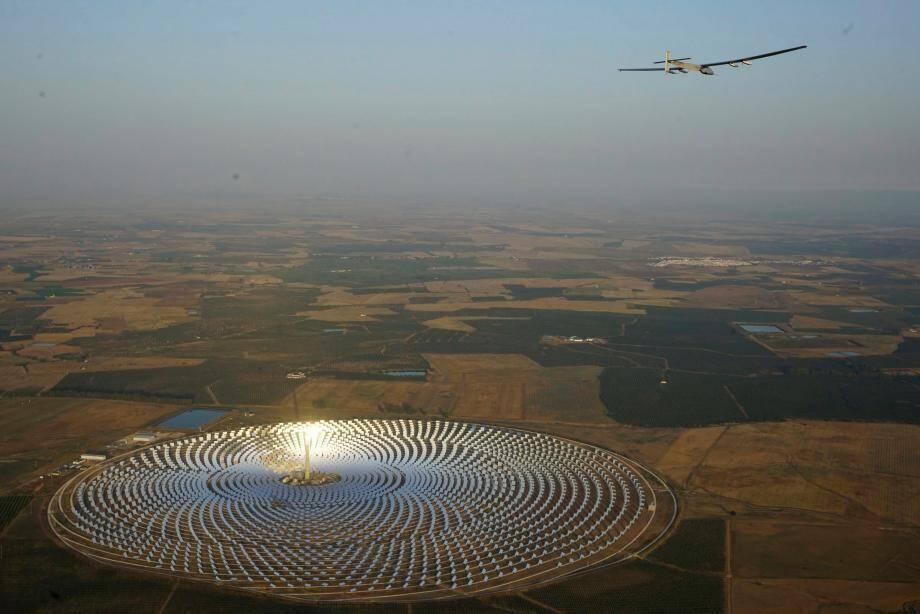 Parti de l'aéroport de Séville, l'avion a commencé son périple à l'aube en survolant la centrale d'énergie solaire Torresol à Écija en Andalousie.