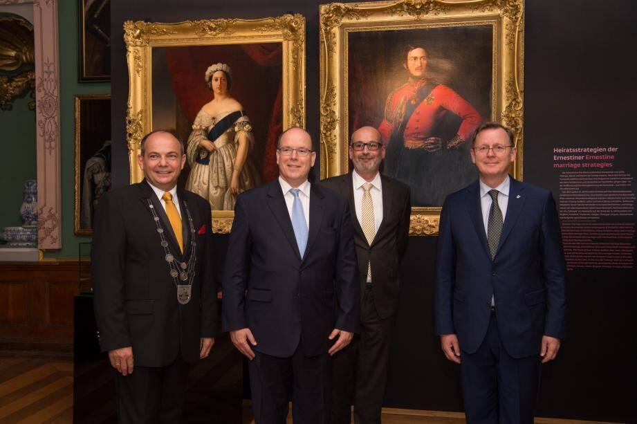 Autour du prince Albert II (de g. à dr.) : Knut Kreuch, maire de Gotha ; le professeur Martin Eberle, directeur de la Fondation du château de Friedenstein à Gotha, Bodo Ramelow, ministre-président du land de Thuringe.
