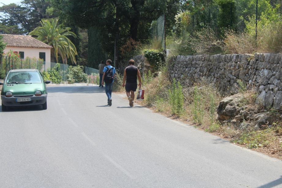 Sur le chemin de Saint-Julien, les voies sont étroites et certains secteurs sont dépourvus de trottoirs.