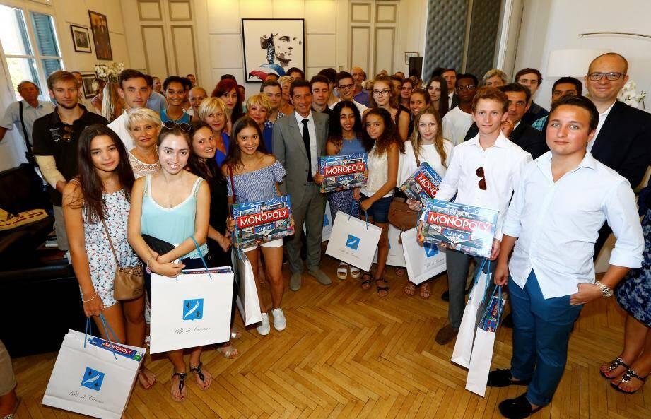 Hier, les jeunes cannois ont été reçus dans le bureau du maire… et gâtés.