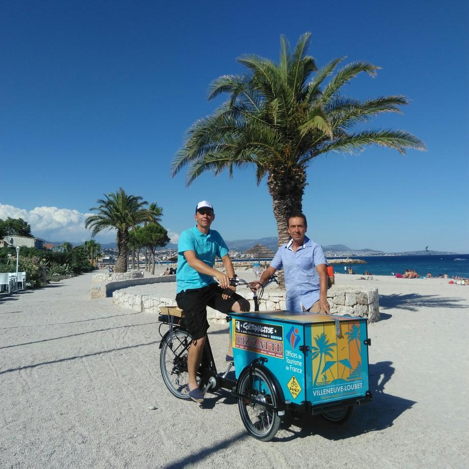 Florent Duchêne et Philippe Premoli rencontrent les visiteurs à bord de ce triporteur électrique.