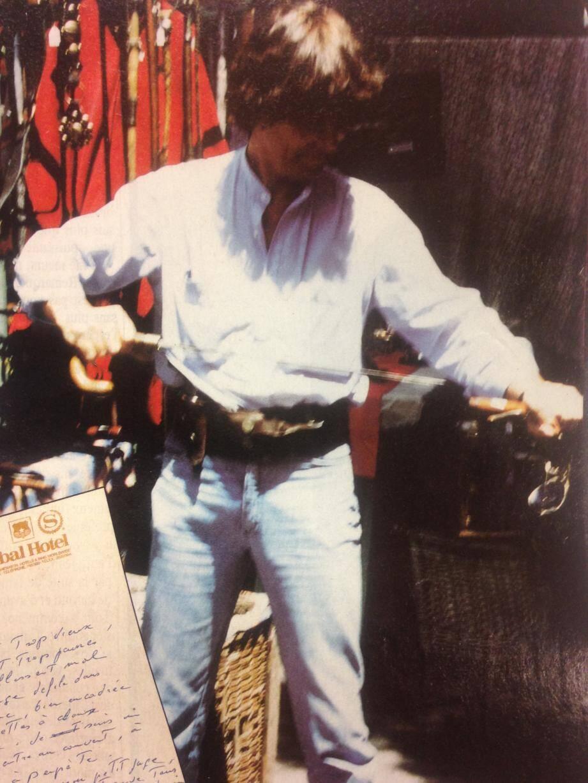 Une photo de Spaggiari sur le marché aux puces de Buenos Aires en Argentine, en 1984, sans perruque ni fausse barbe. Comme chez lui, en train d'acheter une canne-épée.