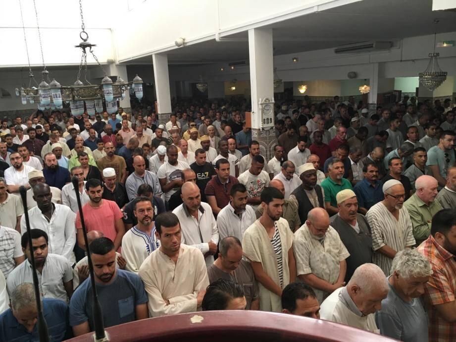 Lors de la prière à la mosquée ar-Rahma. (DR)