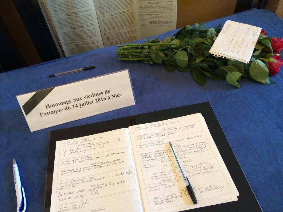À la mairie de Cannes, le registre est noirci par des messages vibrants de solidarité.