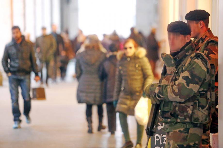 Des militaires avaient été pris pour cible à Nice par Moussa Coulibaly en février 2015. Un an plus tôt, dans un immeuble de Mandelieu, trois canettes remplies d'explosif artisanal avaient été retrouvées.