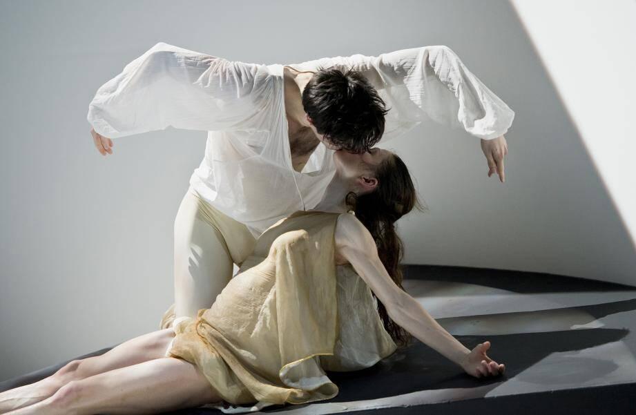 Chorégraphié par Jean-Christophe Maillot, Roméo et Juliette est une lecture moderne et inattendue de l'œuvre tragique de Shakespeare.