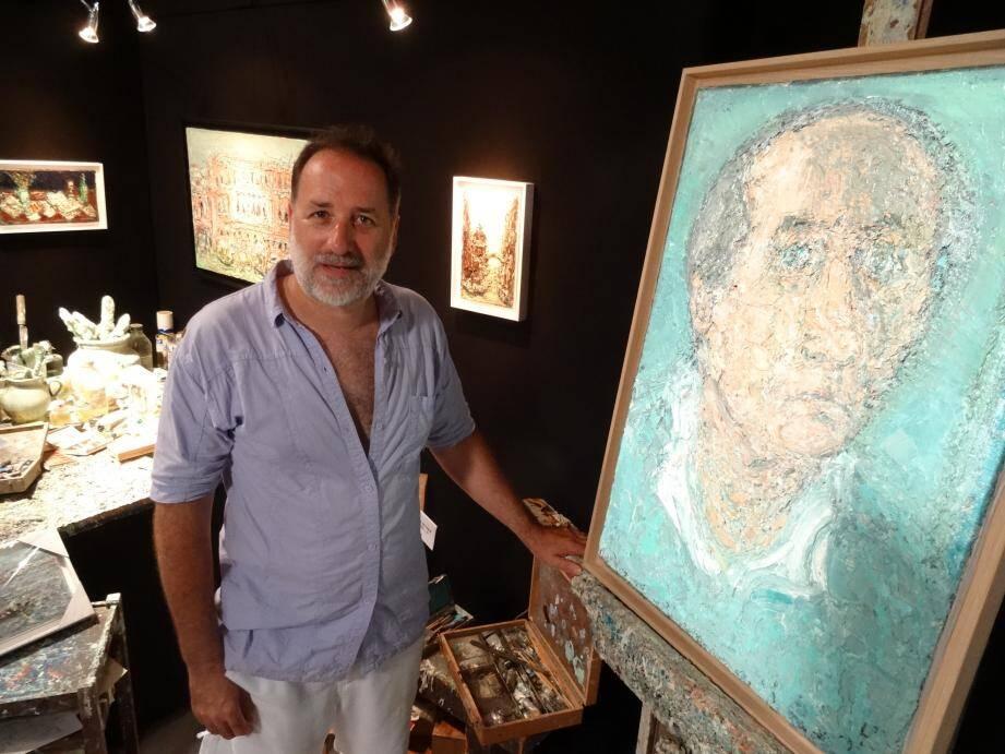 Florent Cottavoz près de la palette et du chevalet sur lequel est placé un autoportrait du peintre André Cottavoz.