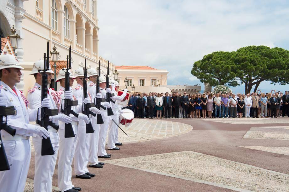 Sur la place du Palais, hier midi, plusieurs centaines de personnes ont pris part à la minute de silence.