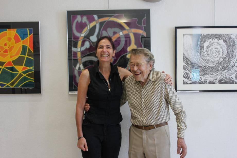 Kriss DXS entourée de ses œuvres et de son mentor et ami, Michel Treillard.