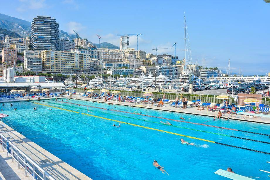 La piscine du port Hercule ouvre jusqu'à 20 heures durant tout l'été. L'occasion de profiter de l'eau encore un peu plus…