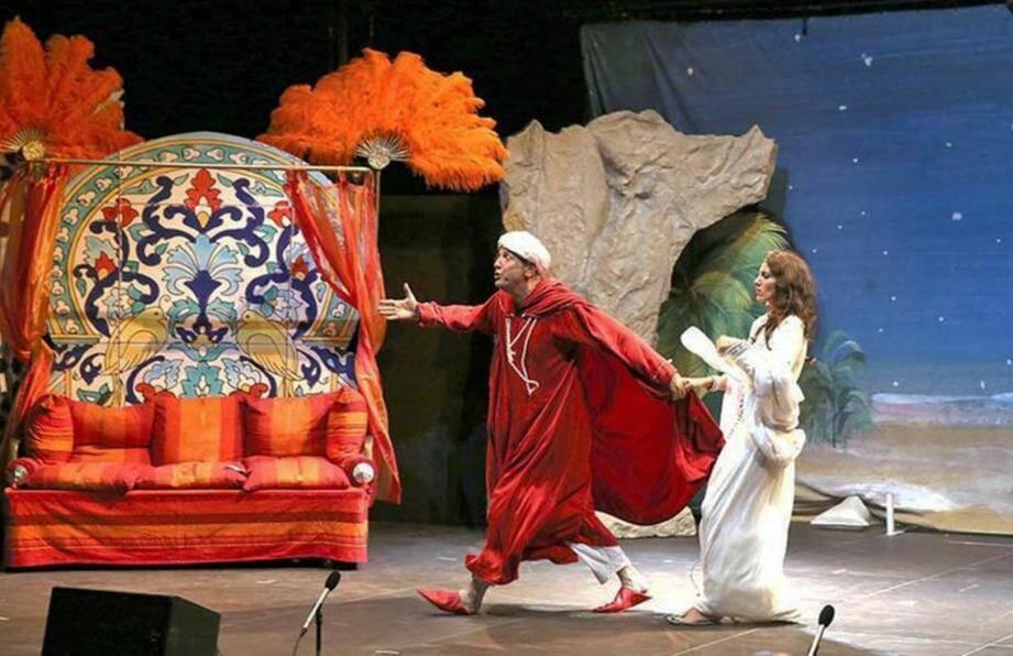 Après la découverte d'un fabuleux trésor, Ali Baba (Gilles Gauci) parviendra-t-il à échapper aux voleurs et à conquérir le cœur de la belle Morgane (Christelle Vernagallo).