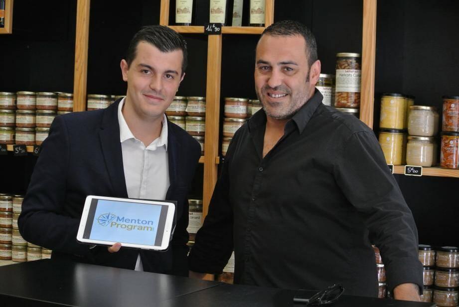 Pour son site internet, Adrien Lavrat travaille en collaboration avec les commerçants locaux, ici avec Mathieu Romulus de la Maison Samaran.