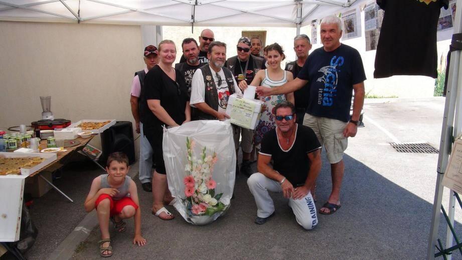 Michel Lottier à droite, maire de Blausasc, Camille et Cynthia de Harmony Bien-être, Claude Abejan, Président des « Harley du cœur » et ses membres  peuvent être fiers du travail accompli.