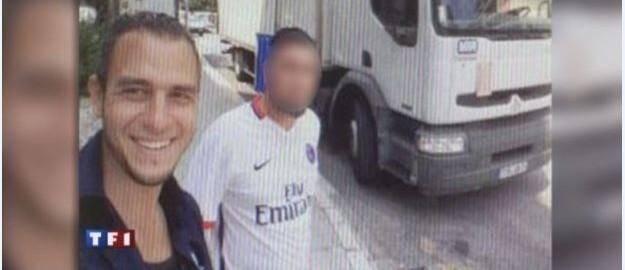 Adepte du selfie, Mohamed Lahouaiej-Bouhlel s'était photographié devant le camion qui allait lui servir à semer la mort le 14-Juillet. Il était tout sourire, tout comme Mohamed Merah à Toulouse en 2012, filmé à sa descente de voiture après un dérapage sur un terrain vague.(Doc TF1)
