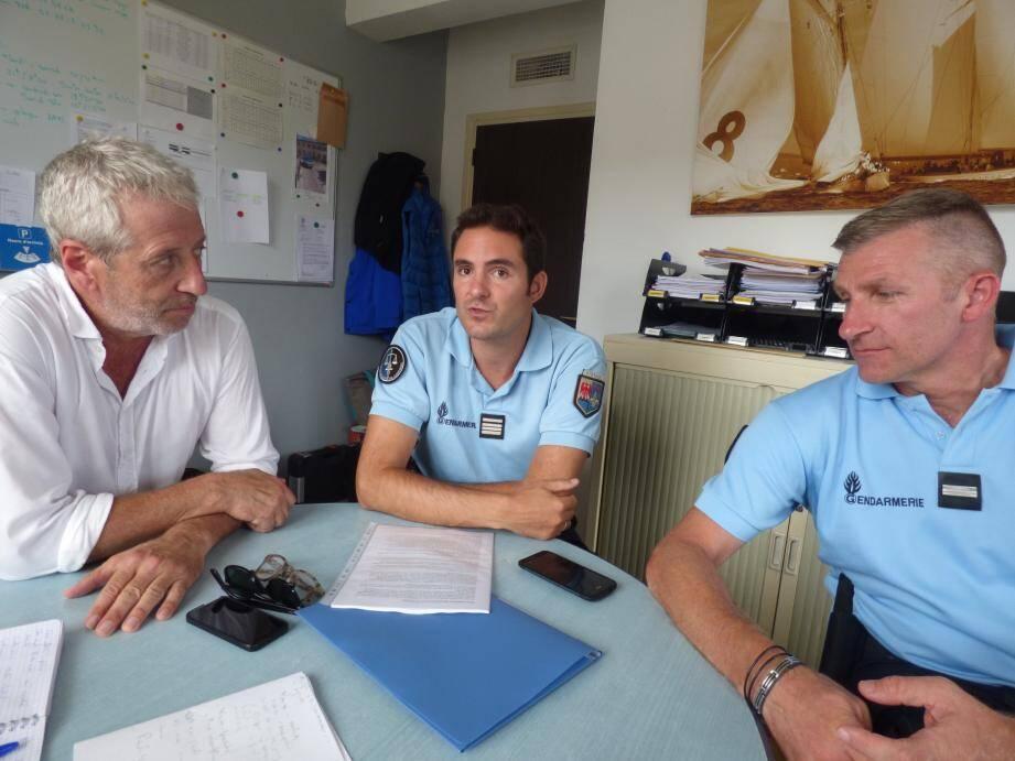 Frédéric Blanc, président de l'UMT Var-Est, le commandant Grégory Moura et le major Raphaël Robinet, mobilisés ensemble, hier, pour rassurer la population.