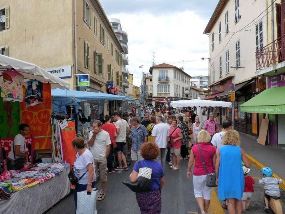 En fin d'après-midi, l'avenue Renoir était pleine pour ce grand marché de centre-ville, ravissant commerçants et artisans.