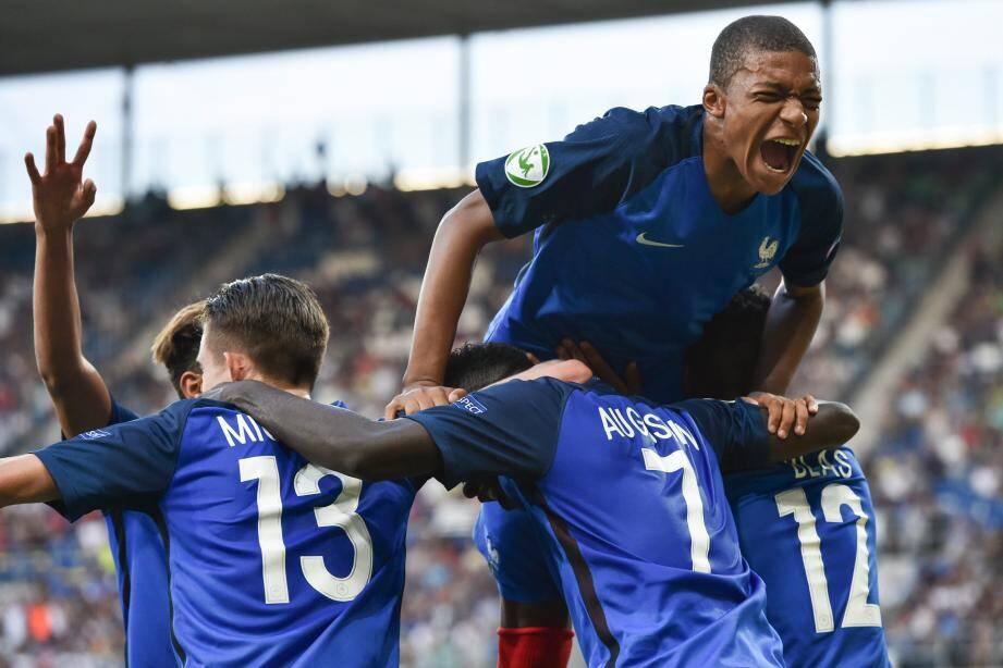 Étincelant avec les Bleuets, Mbappé n'est pas retenu pour aller à Istanbul.