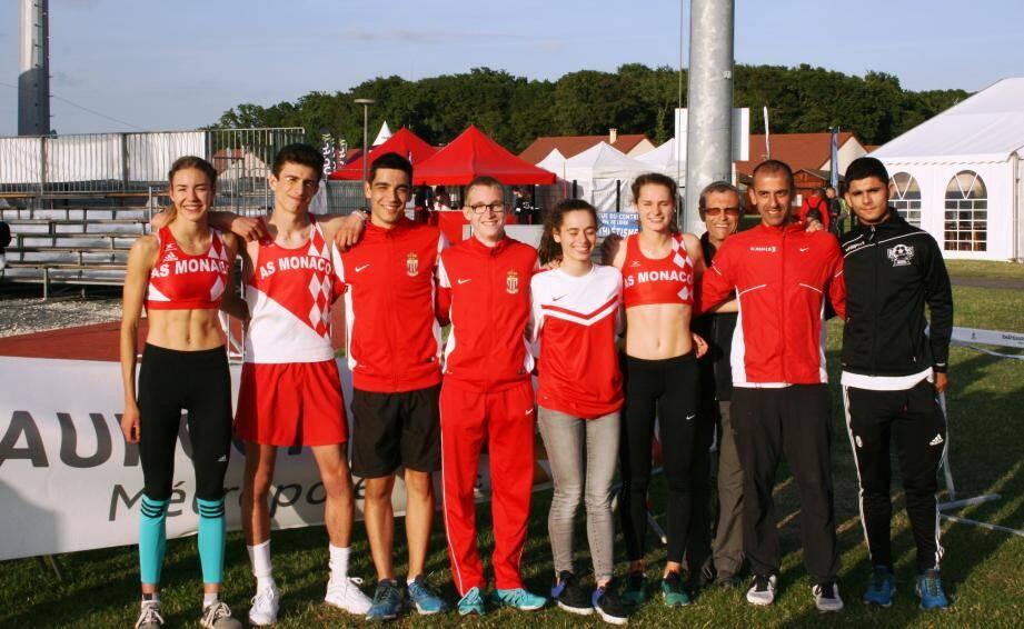 Les jeunes athlètes de l'ASM (à gauche, Cassandre Beaugrand) et le staff du club à Chateauroux pour les championnats de France.