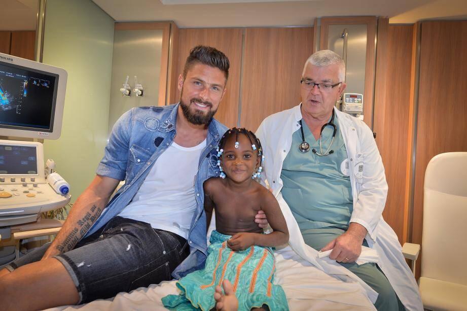 Disponible et très ouvert, Olivier Giroud a donné du temps hier aux enfants réunis par le Collectif Monaco Humanitaire au Centre cardio-thoracique, notamment à la petite Fanta, arrivée du Mali.