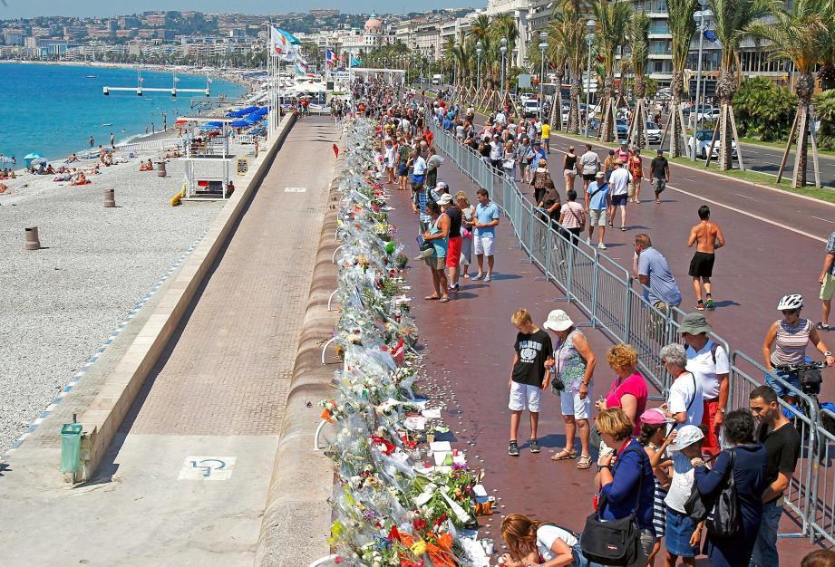 Hommage sur la promenades des Anglais après l'attentat de Nice.