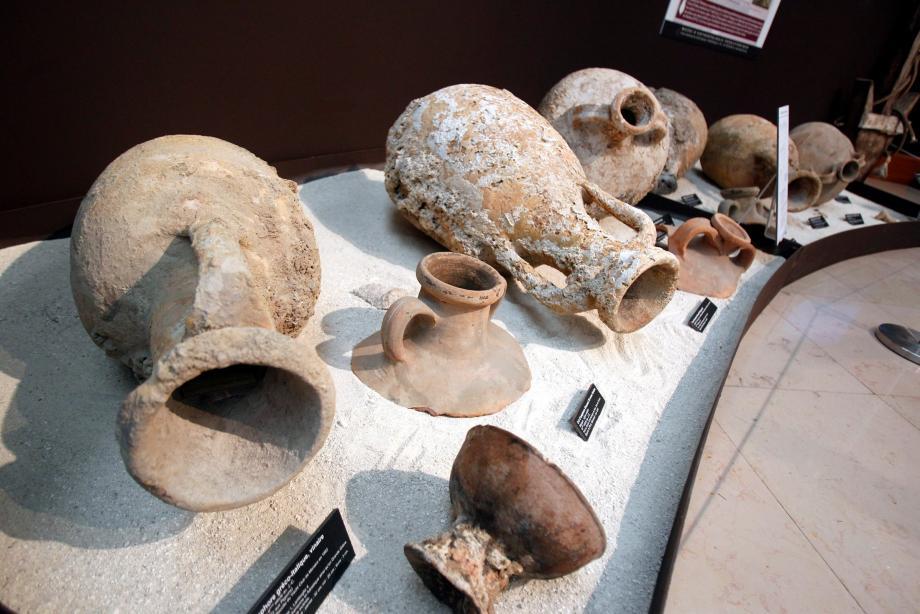 Ces amphores datées du IIIe siècle après J.-C. ont été retrouvées dans les années 60 au fond du port Hercule, probables vestiges d'un bateau qui avait coulé a pic.