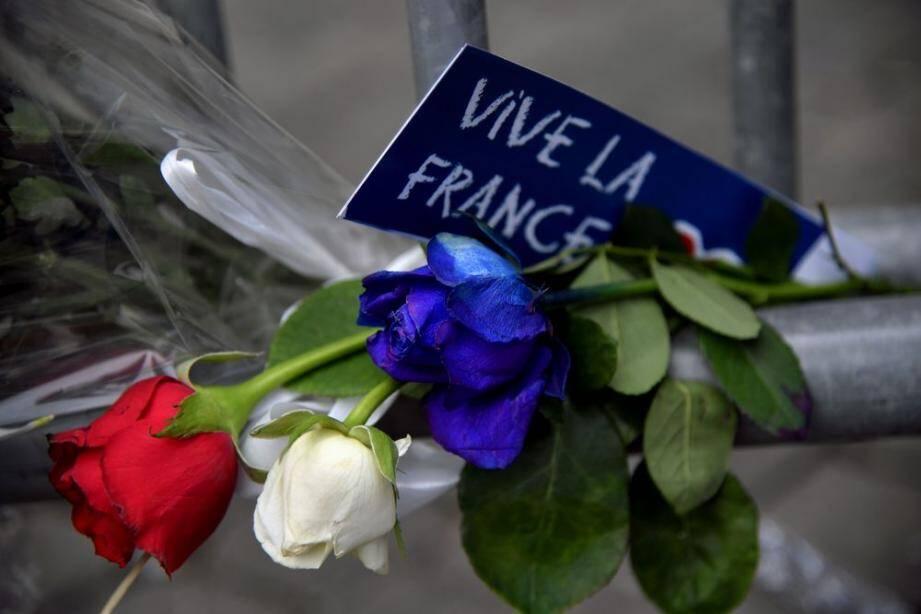 Un message devant l'ambassade française à Rome, en Italie.