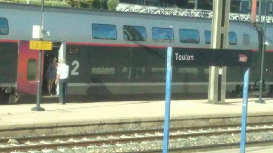 Un TGV Nice-Paris arrêté en gare de Toulon ce mercredi soir.