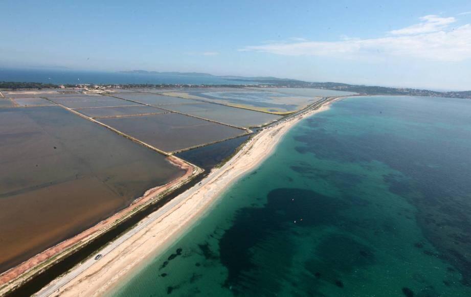 Les zones du littoral les plus plates comme le tombolo de Giens à Hyères (en photo) ou l'isthme des Sablettes seront plus vulnérables face à la hausse du niveau de la mer.