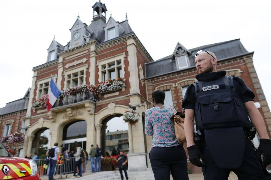 Un policier devant l'église attaqué.