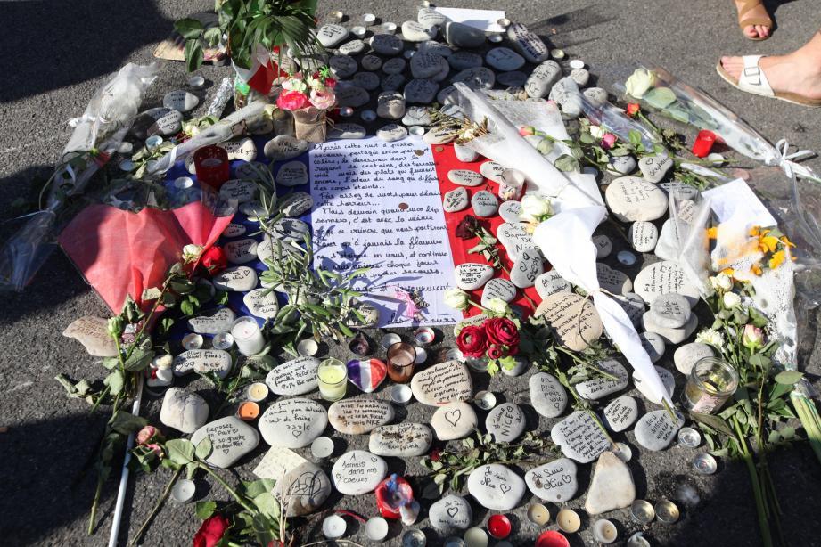 Recueillement après l'attentat du 14 juillet sur la promenade des Anglais.
