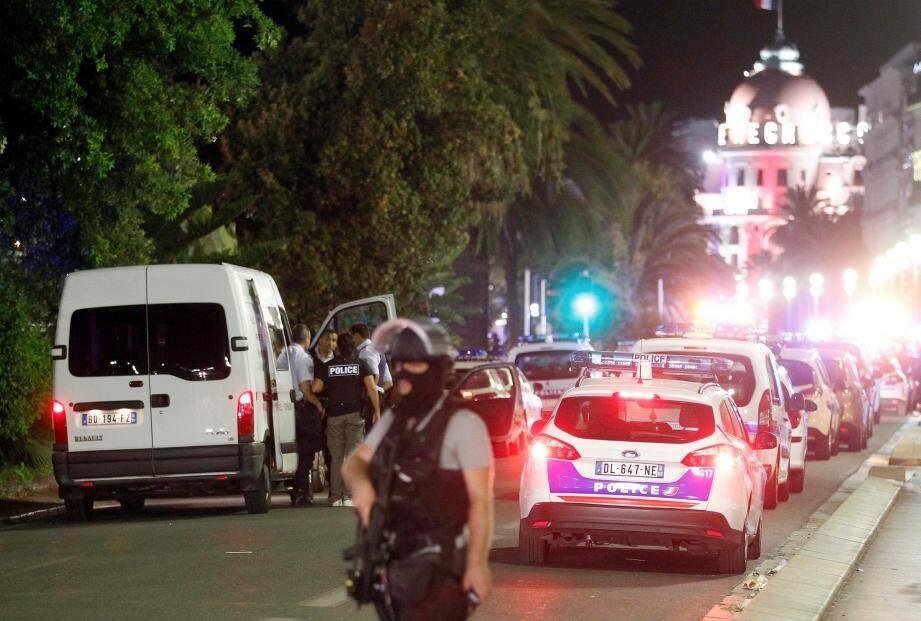¿PHOTOPQR/NICE MATIN ; Nice le 15/07/2016 - ATTENTAT A NICE !!!!!!!!!!!?Un camion a fonce sur des passants surla promenade des anglais apresle feu d artifice avec un camion, plusieurs centaines de morts.....? Un camion a fonc¿ le 14/07/2016 dans la foule sur la Promenade des Anglais ¿ Nice pendant le feu d'artifice du 14 juillet, faisant plusieurs victimes selon la mairie et des t¿moins sur place, la pr¿fecture des Alpes-Maritimes ¿voquant quant ¿ elle un attentat. Selon un journaliste sur place, un van blanc a fonc¿ sur la foule sur la Promenade des Anglais.'Several dead' after truck crashes into crowd at Bastille Day celebrations in Nice prompting terror attack fears ***NO WIRE ****