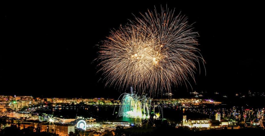 Le festival d'art pyrotechnique à Cannes.