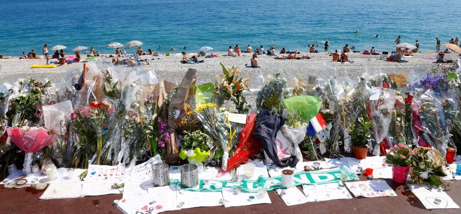 Les hommages aux victimes sur la promenade des Anglais.