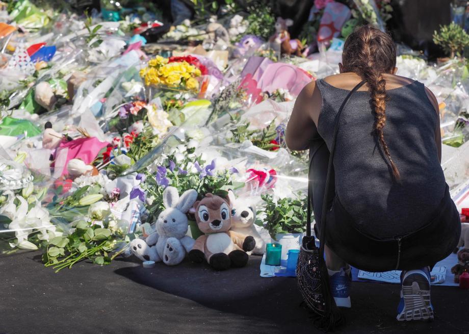 Le mémorial, entretenu, choyé, sacralisé, restera au kiosque à musique le temps qu'il faudra pour faire le deuil.