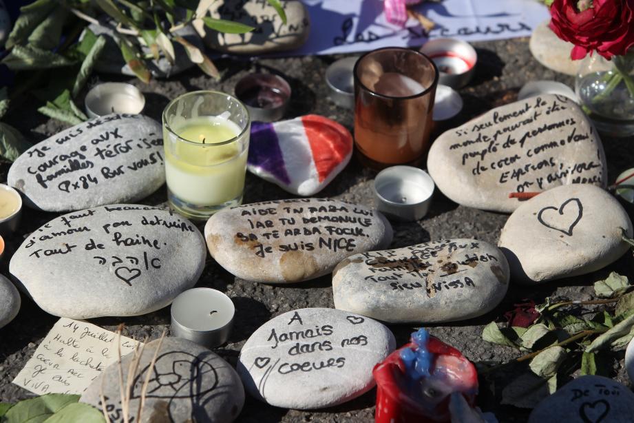 Des hommages aux victimes sur la promenade des Anglais.