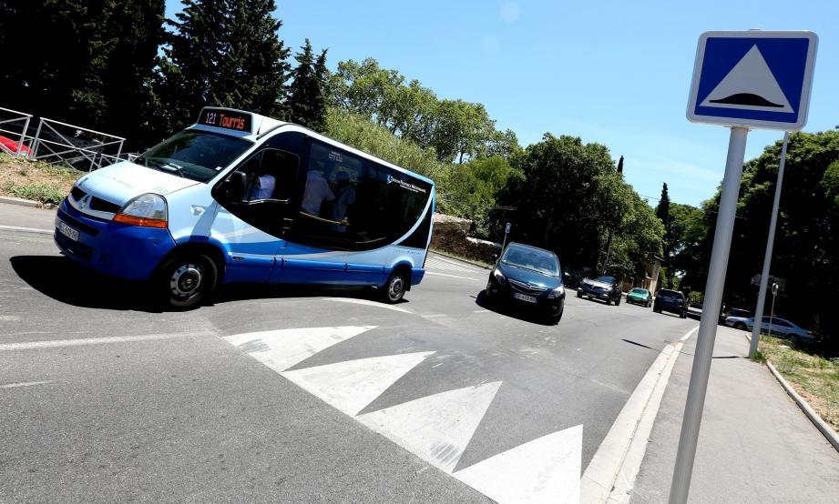 Le bus dernière génération ne peut être affecté sur la ligne 121 «car il ne peut pas passer le dos d'âne», tacle Robert Vacca, délégué syndical CFDT.