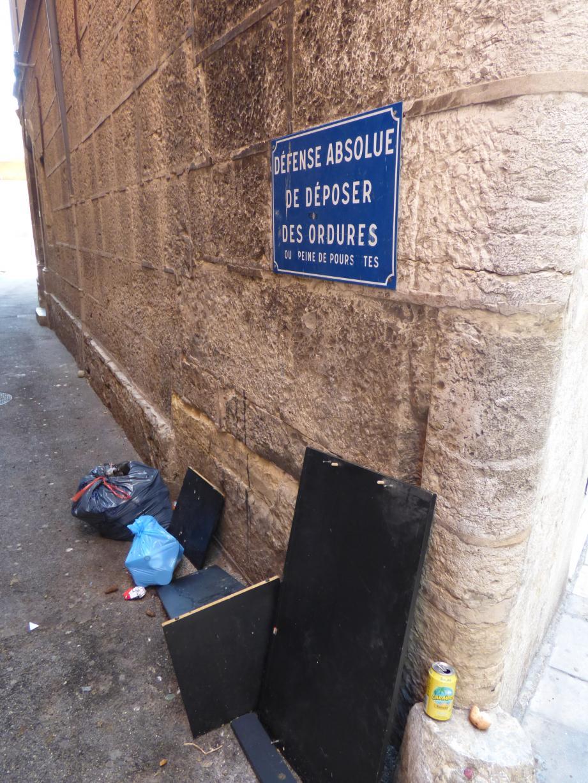 Curieusement, les panneaux d'interdiction ont plutôt l'air d'attirer les déchets à Draguignan...