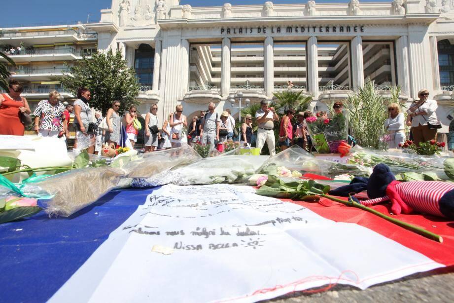 Hommage aux victimes de l'attentat de Nice, le dimanche 17 juillet, sur la promenade des Anglais.