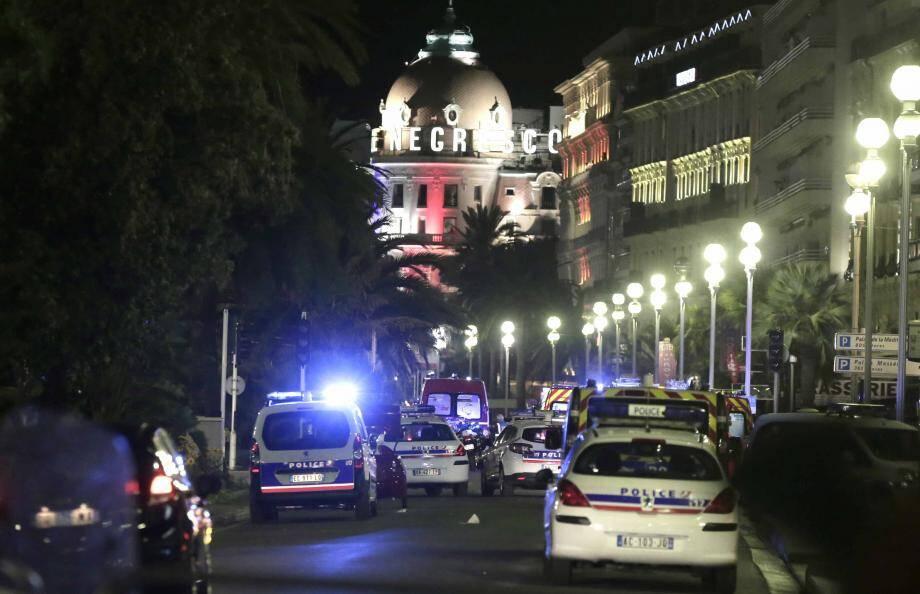 La promenade des Anglais, quelques heures après la dramatique attaque d'un camion qui a foncé dans la foule ce jeudi soir.
