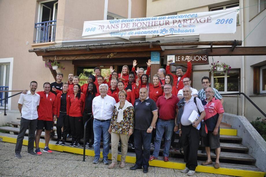 Le staff de l'OGC Nice, le maire, Colette Fabron ont entouré les stagiaires heureuses de leur semaine au Rabuons.