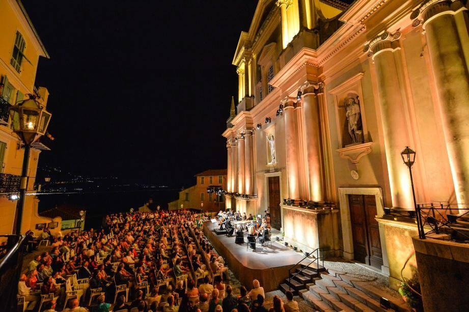 Hier soir, la magie était au rendez-vous sur le parvis Saint-Michel, en présence de jeunes et remarquables talents : Edgard Moreau, au violoncelle, et Maxim Emelyanychev, le jeune chef de l'orchestre « Pomo d'Oro ».