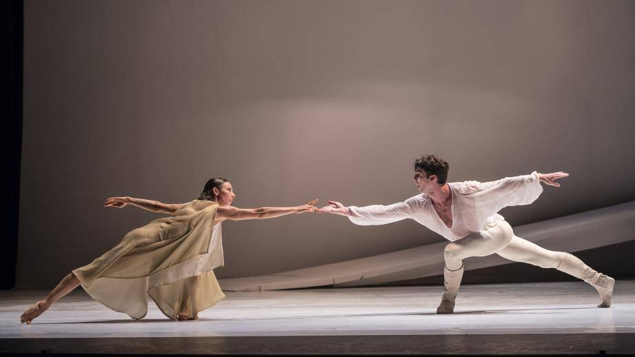 Juliette (Anna Blackwell) et Roméo (Lucien Postlewaite) ont dansé au rythme de leur passion adolescente.