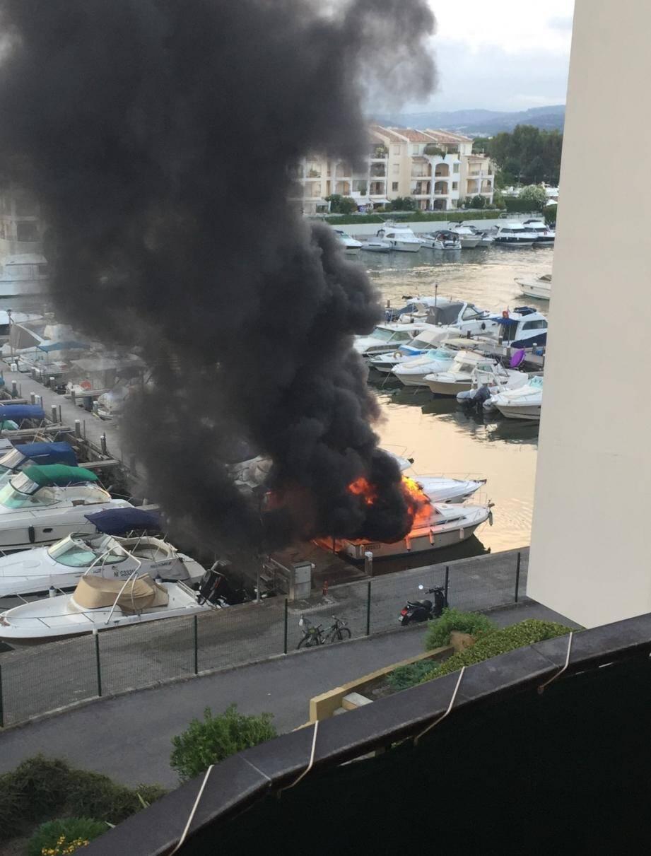 L'incendie, qui a fait trois blessés, s'est propagé au bateau voisin avant d'être circonscrit.(DR)