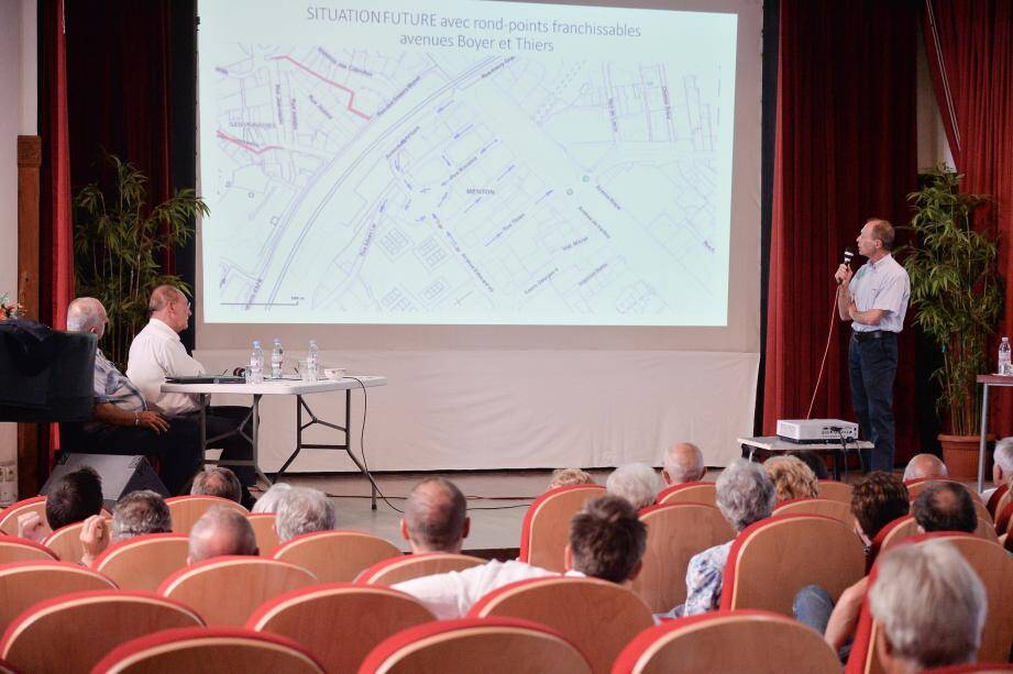 Salle Saint-Exupéry, le maire et ses adjoints ont présenté, devant une petite assemblée, les conclusions de l'expérimentation relative à la circulation dans le quartier de la gare.