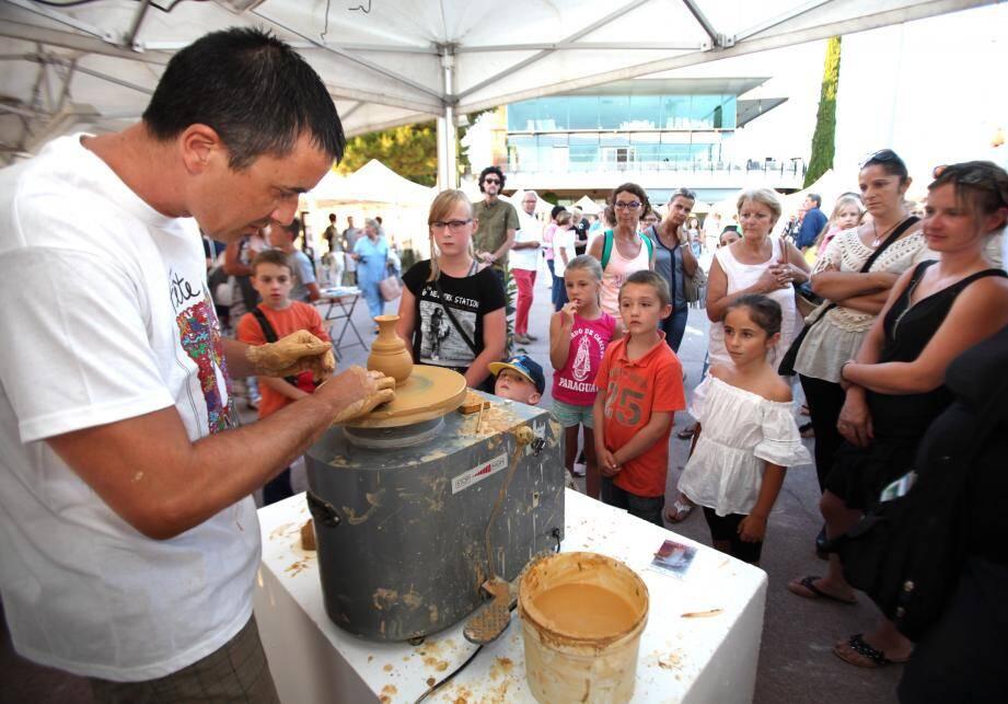 Steve Boiron, en pleine démonstration de poterie, sur le stand de Vallauris