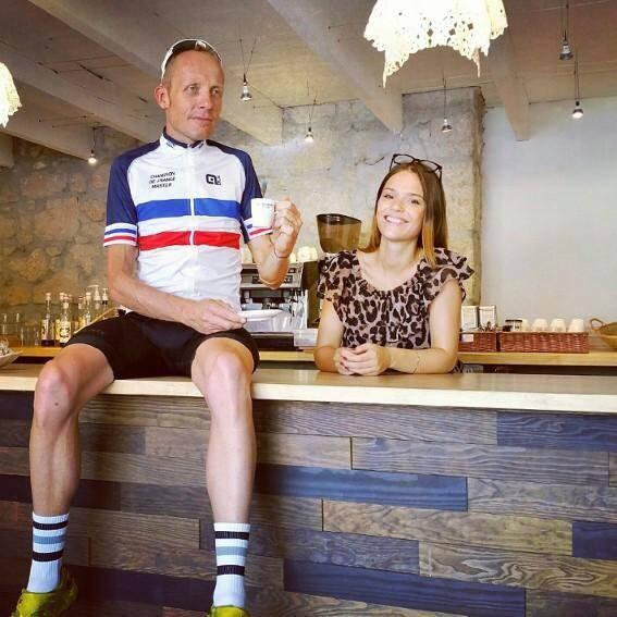 """Cédrick Dubois pose avec son nouveau maillot de champion de France au """"Café du cycliste"""" à Nice."""