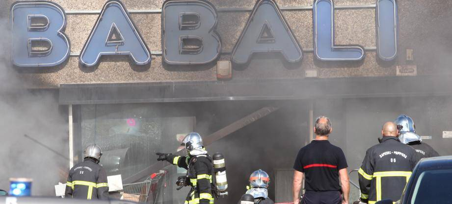 Les pompiers continuent ce mardi d'effectuer des rondes autour du magasin Babali de la RN 7 à Villeneuve-Loubet mais l'incendie est officiellement éteint et le dispositif présent sur place a été levé.