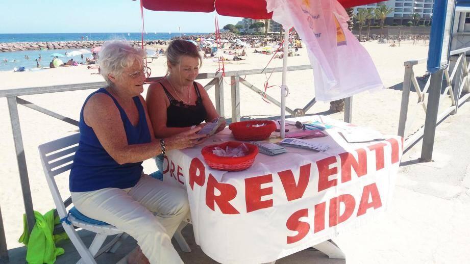 Le jeudi après-midi, l'association Aurore tient son stand sur la plage des Sables d'or pour informer les vacanciers, notamment les jeunes, aux dangers de la maladie.