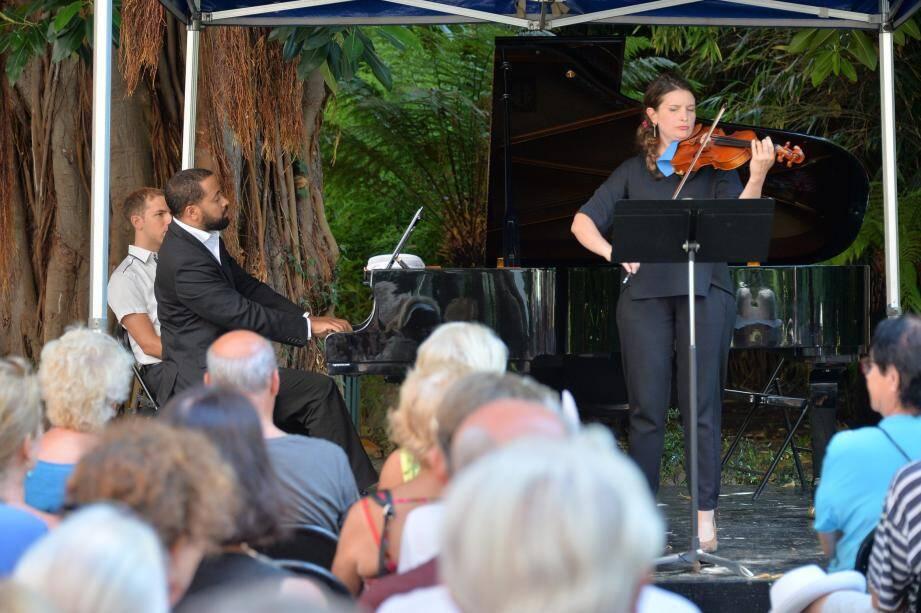 Dans le cadre verdoyant du square des Etats-Unis, les concerts « off » du Festival séduisent le public.